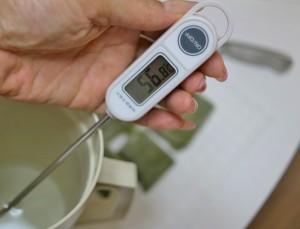 50~60度のお湯を1リットル準備。水に熱湯を注いで作る。